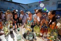 Många kvinnor på den utomhus- stången med exponeringsglas av vin royaltyfria bilder