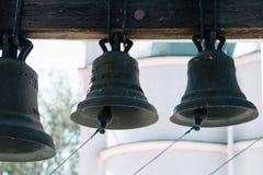 Många kyrkliga klockor i tornet för kyrklig klocka, klockor av den gamla templet, klockor av en ortodox kyrka Arkivfoton