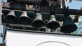 Många kyrkliga klockor i tornet för kyrklig klocka, klockor av den gamla templet, klockor av en ortodox kyrka Arkivbilder
