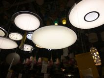 Många lampor på taket i lagret royaltyfri fotografi