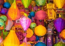 Många lampor som hänger i, shoppar, asiatisk stil royaltyfri bild