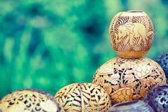 Många lampor som snidas från en kokospalm Arkivbilder