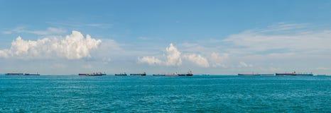 Många lastfartyg i kanalen av Malacca, nära Singapore Arkivbild