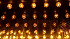 Många ljusa glödande exponeringsglaslampor Belysning av fastställda Edison retro lampor på mörk rabitzbakgrund Trendig vind stock video