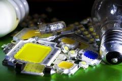 Många ljusdioder som är hövdade vid en kraftig 10V, är i högbegreppet av besparingenergi, sparande pengar, närbilden, satsen för  royaltyfri bild