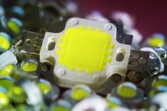 Många ljusdioder som är hövdade vid en kraftig 10V, är i högbegreppet av besparingenergi, sparande pengar, närbilden, satsen för  arkivbilder