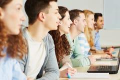 Deltagare som lärer i klassrum royaltyfri foto