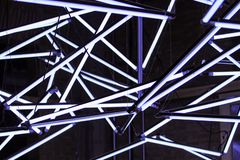 Många lysrör, övergång, strömbrytare till en härlig och modern design arkivbilder