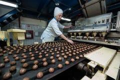 Många massiv produktion för söt kakamatfabrik Arkivbilder