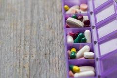 Många mediciner i en pillerask Arkivbild