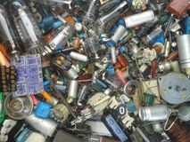 Många mer radiodelmotstånd, lampor, spolar, dioder, kondensatorer, transistorer, spolar, trådar arkivbilder