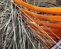 många metallisk eker av den orange cykeln arkivfoto
