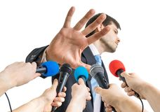 Många mikrofoner framme av politikern som visar ingen kommentargest Royaltyfri Bild