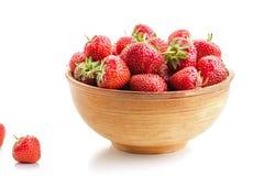 Många mogna saftiga jordgubbar för bär i en träplatta Arkivfoto