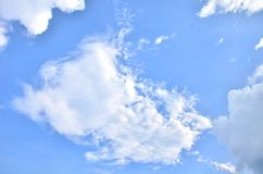 Många moln i den ljusa blåa himlen Arkivfoton