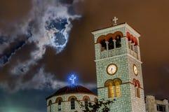 många moln ovanför kristen kyrka Royaltyfri Bild