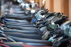 Många motorcyklar på parkeringsplatsen Fotografering för Bildbyråer