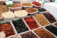 Många muttrar, kryddor, torkade frukter, sädesslag på marknaden arkivbilder