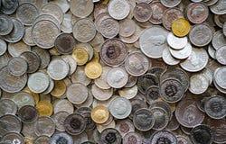 Många mynt i olika schweizisk francvalörer royaltyfri fotografi