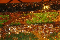 Många mynt i springbrunnvatten Härlig färgrik bakgrund Royaltyfri Bild