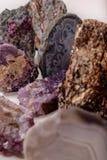 Många naturlig sten Agatkristaller Vertikal sammansättning för banret royaltyfri bild