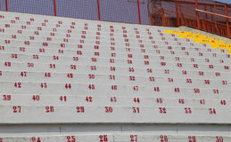 Många nummer på stadionblekarna som indikerar en plats på även Arkivfoton