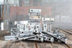 Många nya fyrkantiga järndetaljer - mellanrum Metallteknik Royaltyfri Bild