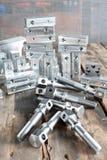 Många nya fyrkantiga järndetaljer - mellanrum Metallteknik Royaltyfria Bilder