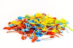 Många nya kulöra plast-skedar Fotografering för Bildbyråer