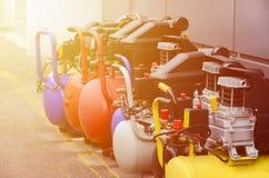 Många nya pumpar för tryck för luftkompressorer stänger sig upp fotoet royaltyfria foton