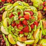 Många olik frukt på en platta Arkivbild