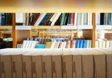 Många olika böcker som fodras på arkivbokhyllorna arkivbild