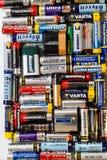 Många olika batterier och ackumulatorer, Hemer, Tyskland - 20 Maj 2018 Arkivfoton