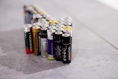 Många olika batterier och ackumulatorer, Hemer, Tyskland - 20 Maj 2018 Fotografering för Bildbyråer