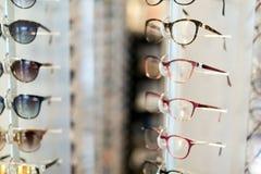 Många olika exponeringsglas som visas på optiker i lager Royaltyfri Fotografi