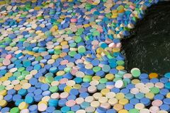 Många olika färglock från plast- flaskor l arkivfoton