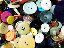 Många olika färgrika knappar i en stor blandning arkivbild