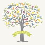 Många olika fåglar i ett träd på vår Arkivfoton