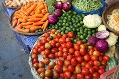 Många olika grönsaker i marknaden Arkivbilder