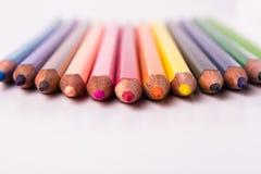 Många olika kulöra blyertspennor på vit bakgrund Royaltyfria Foton