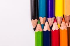 Många olika kulöra blyertspennor på vit bakgrund Royaltyfri Foto