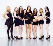 Många olika kvinnor i linje, bärande utsmyckade små svarta klänningar, Royaltyfri Foto