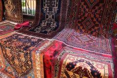 många orientaliska filtar med geometriska till salu färger och designer på Arkivfoto