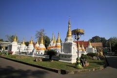 Många pagoder med blå himmel för tonsignal på Wat-Chedi-Sao-Lang, Lampang Royaltyfri Bild