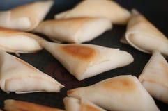 Många pannkakor på friyngpannan Arkivfoto