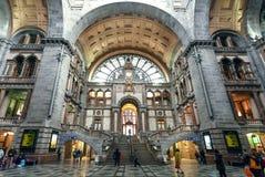 Många passagerare inom ändstationbyggnaden av järnvägsstationen Antwerpen Centraal som konstrueras i 1905 i Antwerp Royaltyfria Bilder