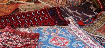 Många perser och orientaliska filtar Arkivbild