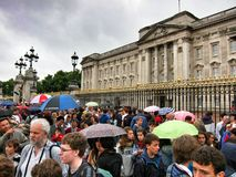 Många personer framme av Buckingham Palace, London Arkivbild