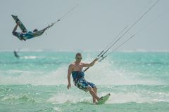 Många personer går Kitesurfing på Zanzibar tanzania royaltyfri foto
