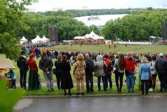 Många personer håller ögonen på showen i Kolomenskoye att parkera Royaltyfri Fotografi